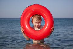 Blick des kleinen Jungen aus aufblasbarem Ring im Meer heraus Stockfotos