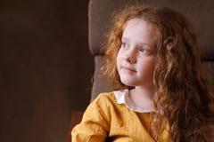 Blick des kleinen Mädchens weg und Gedanke Stockbild