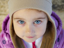 Blick des kleinen Mädchens zur Nahaufnahme Stockbild