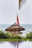 Blick des Pools und des tropischen Meeres mit hölzernem Sonnenschutz Stockfoto