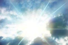 Blick des Sonnenlichts zwischen den Wolken Lizenzfreie Stockfotografie
