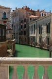 Blick des typischen Wasser-Kanals in Venedig, Italien Stockfotos