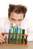 Blick des verrückten Wissenschaftlers über Reagenzgläsern Lizenzfreies Stockfoto