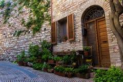 Blick einer malerischen Straße in Assisi, italienische mittelalterliche Stadt Stockbild