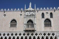 Blick eines alten Palastes von Venedig Stockfotografie