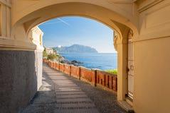 Blick eines Weges in Bogliasco, nahe Genua; das Vorgebirge von Portofino im Hintergrund Lizenzfreie Stockbilder