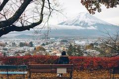 Blick för kvinnasammanträdestol på Mt fuji japan mt Royaltyfria Bilder