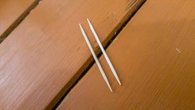 Blick för två tandpetare som bron eller olika fläck Royaltyfri Foto