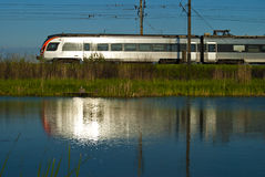 Blick im Wasser von einem beweglichen Zug des Silbers Lizenzfreie Stockbilder