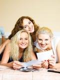 Blick mit drei Freunden durch alte Fotographien Stockfotos