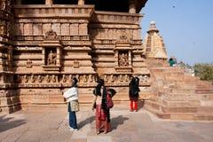Blick mit drei Touristen auf die alten Tempel Lizenzfreies Stockbild