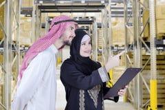 Blick mit zwei arabischer Arbeitskräften auf Lager Lizenzfreies Stockfoto
