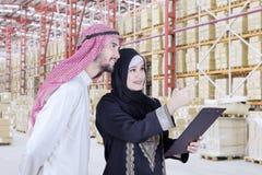 Blick mit zwei arabischer Unternehmern auf Lagerhaus Lizenzfreie Stockfotos