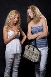 Blick mit zwei Blondinen im Handy Stockbild