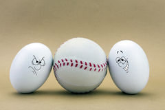 Blick mit zwei Eiern verfehlt an einem Baseballball Stockbild