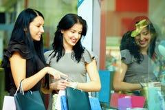 Blick mit zwei eleganten Frauen im Kleidungspeicherschaukasten Lizenzfreie Stockbilder