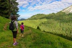 Blick mit zwei Frauen auf den Berg Lizenzfreies Stockbild