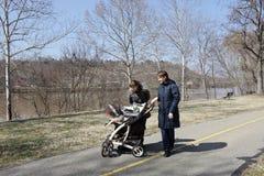 Blick mit zwei Frauen auf Schätzchen Lizenzfreies Stockbild
