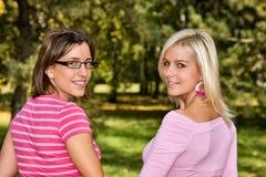 Blick mit zwei Frauen zurück Lizenzfreies Stockbild