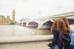 Blick mit zwei Jugendlichen bei Big Ben, London Stockfotografie
