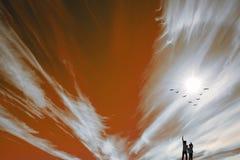 Blick mit zwei Jungen auf das Feuer und die Vögel Lizenzfreies Stockfoto