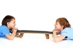 Blick mit zwei Jungen auf einander Lizenzfreie Stockfotografie