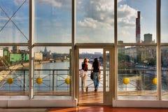 Blick mit zwei jungen Leuten auf die Stadt Stockfotografie