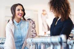 Blick mit zwei jungen Mädchen auf Kleidung im Speicher Stockfotos