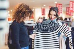 Blick mit zwei jungen Mädchen auf Kleidung im Speicher Stockbilder