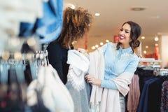 Blick mit zwei jungen Mädchen auf Kleidung im Speicher Stockfoto