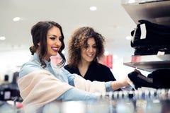 Blick mit zwei jungen Mädchen auf Kleidung im Speicher Lizenzfreies Stockfoto