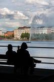 Blick mit zwei Leuten auf den Brunnen in Hamburg Stockfoto