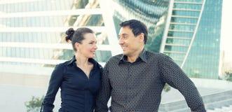 Blick mit zwei Leuten auf einander in der Stadt Lizenzfreie Stockfotos