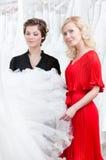 Blick mit zwei Mädchen auf das Kleid Lizenzfreie Stockfotos