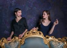 Blick mit zwei Mädchen auf einander Hochmütige Augen Eine Szene vom Film Mädchen von der High Society Schießen im Studio Stadiums Stockbilder