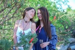 Blick mit zwei Mädchen auf einander und Lächeln Stockfotografie