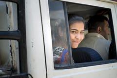 Blick recht junger Dame aus dem lächelnden Autofenster, Himachal Pradesh heraus Stockfotografie