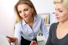 Blick und Punkt mit zwei Frauen in der Laptop-Computer Lizenzfreie Stockfotografie