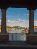 Blick von Fluss Tessin in Pavia durch die Öffnungen von Ponte Coperto Lizenzfreie Stockbilder