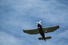 Blick von unten auf eine fliegende Jodel mit drehenden Propeller. View from below on a flying jodel with rotating propellers at sunshine and veil clouds, Blick Royalty Free Stock Photos