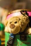 Blickar för nallebjörn ut från färgrika askar Royaltyfri Bild