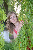 Blickarna för ung kvinna på grund av pilfilialer Arkivbild