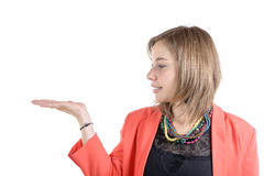 Blicke der jungen Frau auf ihre handyoung Frau betrachtet ihre Hand Stockbilder