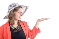 Blicke der jungen Frau auf ihre handyoung Frau betrachtet ihre Hand Stockfoto