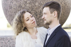Blicke der jungen Frau bedacht an ihrem Mann Lizenzfreie Stockfotografie