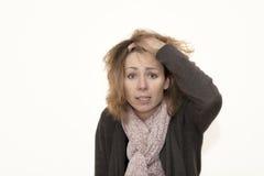 Blicke der jungen Frau entsetzt an der Kamera Lizenzfreie Stockfotografie