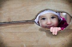 Blicke des kleinen Mädchens Stockfotos