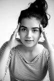 Blicke eines jungen Mädchens öffnen überzeugten Blick Zwei Hände einer Person Über versuchendes etwas Brunette auf einem weißen H Stockfoto