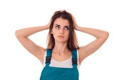 Blicke eines jungen Mädchens weg und gehalten ihren Händen hinter seiner Hauptnahaufnahme Lizenzfreie Stockfotografie