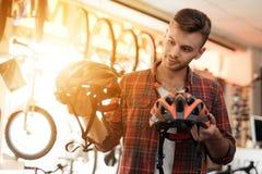 Blicke eines jungen Mannes nah an den Sturzhelmen für Fahrrad reitet Stockbild